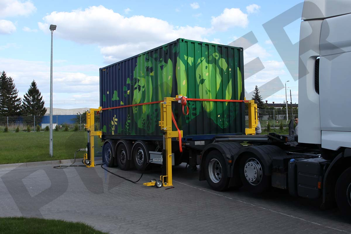 unloading-mobile-solar-container